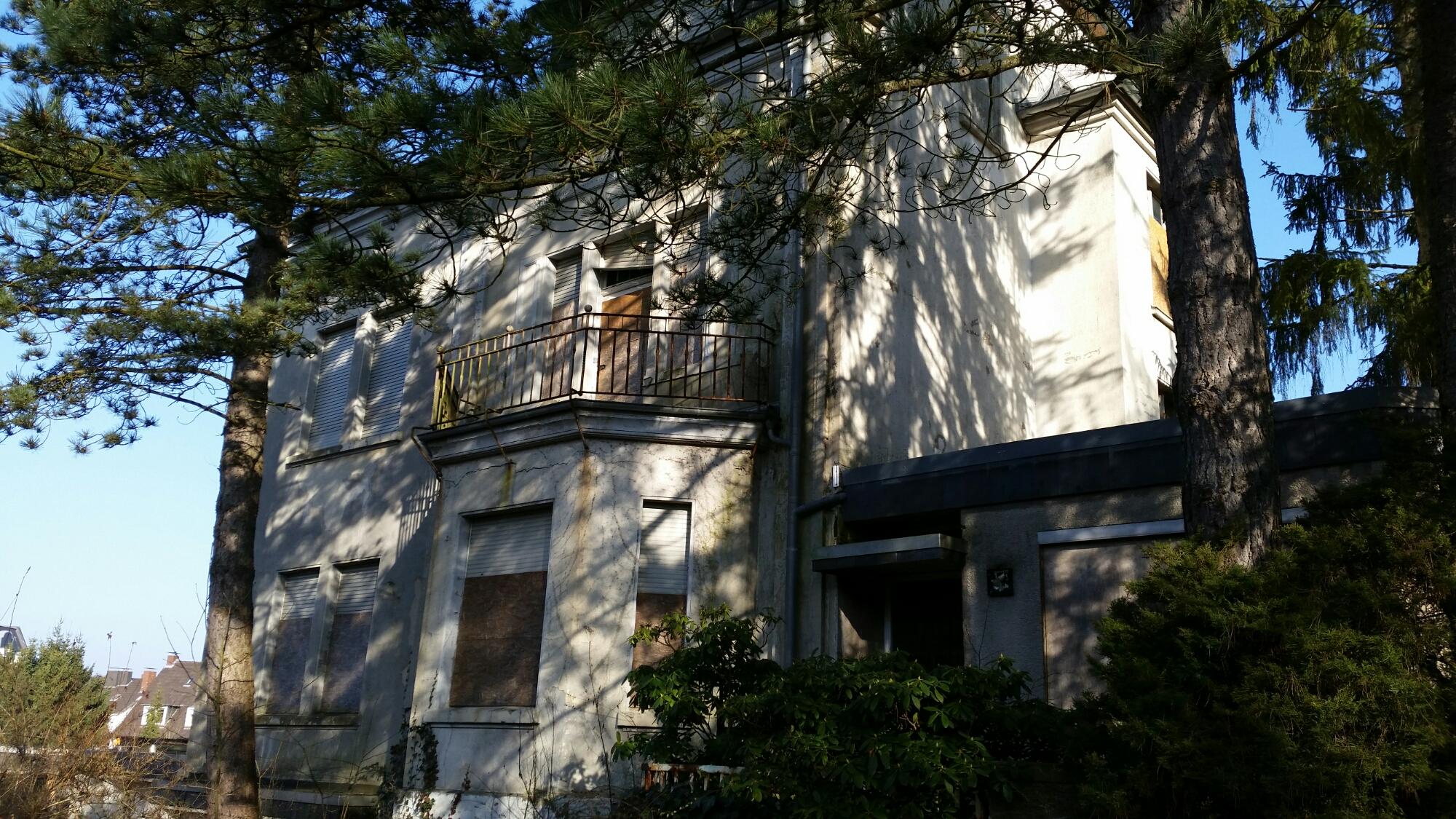 Altes Haus in Schwelm,Balkon mit Fenstern im Sonnenschein