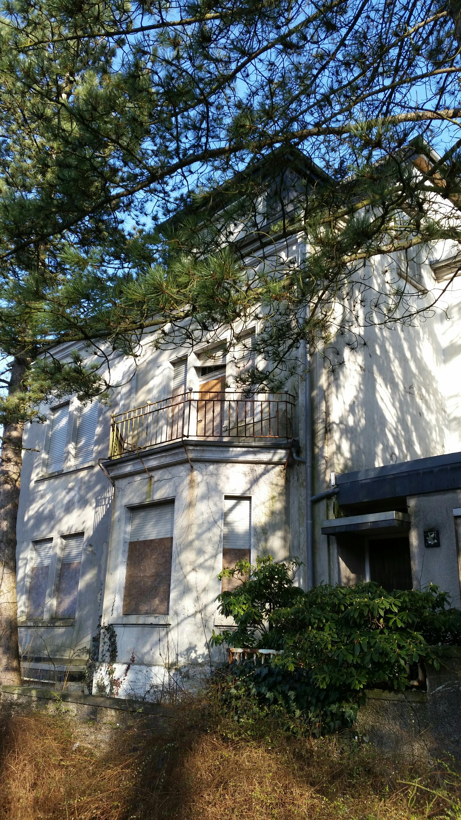 altes Haus in Schwelm, Balkon mit vernagelten Fenstern