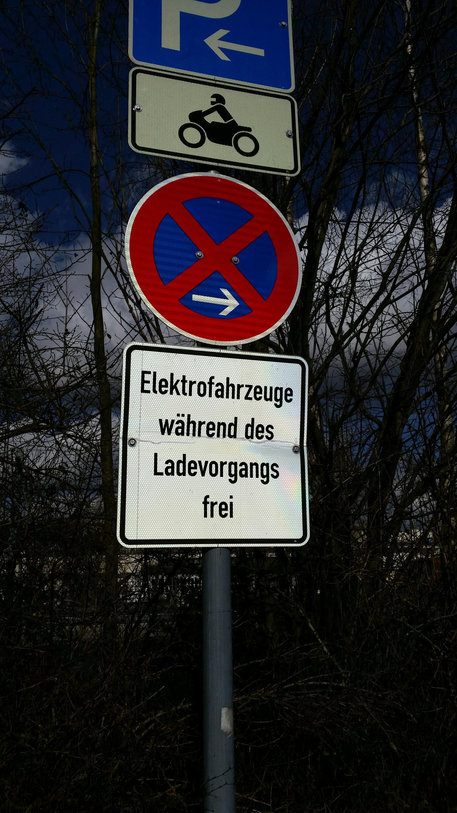 Schild Elektrofahrzeuge  während des Ladevorgangs frei