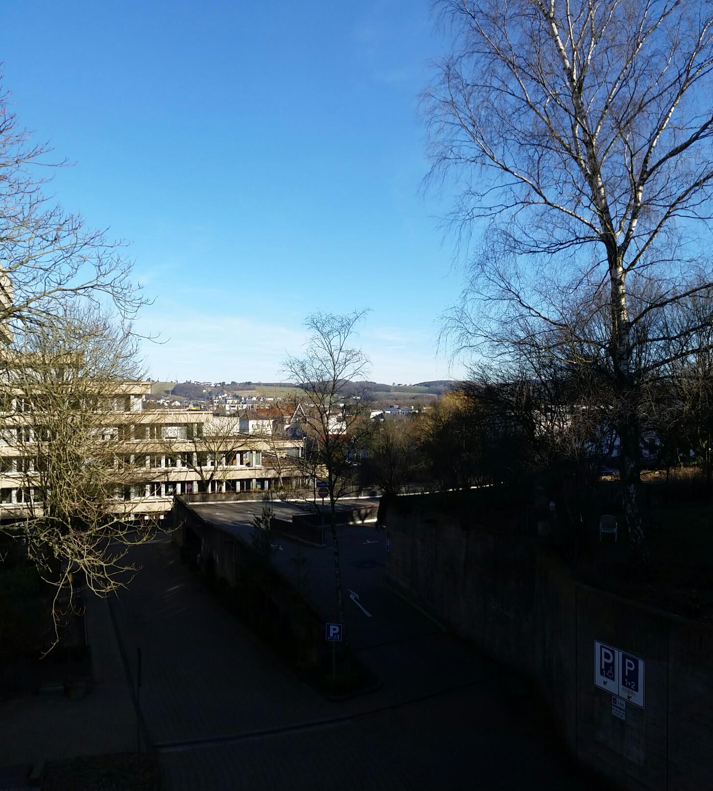 Sonnenschein, blauer Himmel und aus dem Schatten heraus einige Gebäude fotografiert.