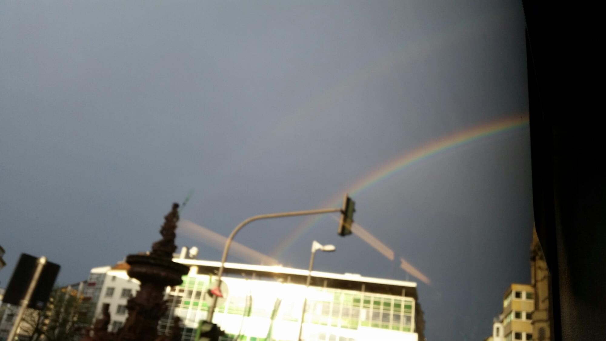 Regenbogen vor Wolken