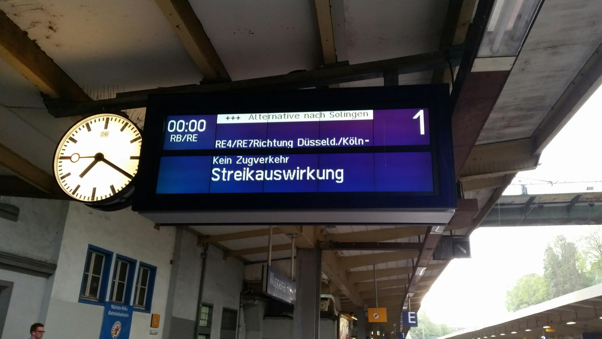 Bahnanzeigetafel mit der Aufschrift Streikauswirkungen