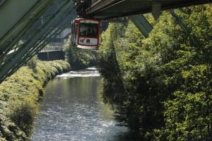 Schwebebahn in Anfahrt auf den Bahnhof Zoo/Wuppertal
