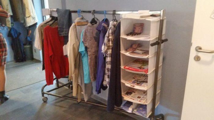 Bild gesamter Stand, Kleiderständer mit Kleider und Infoschildern und Fächern für das Informationsmaterial