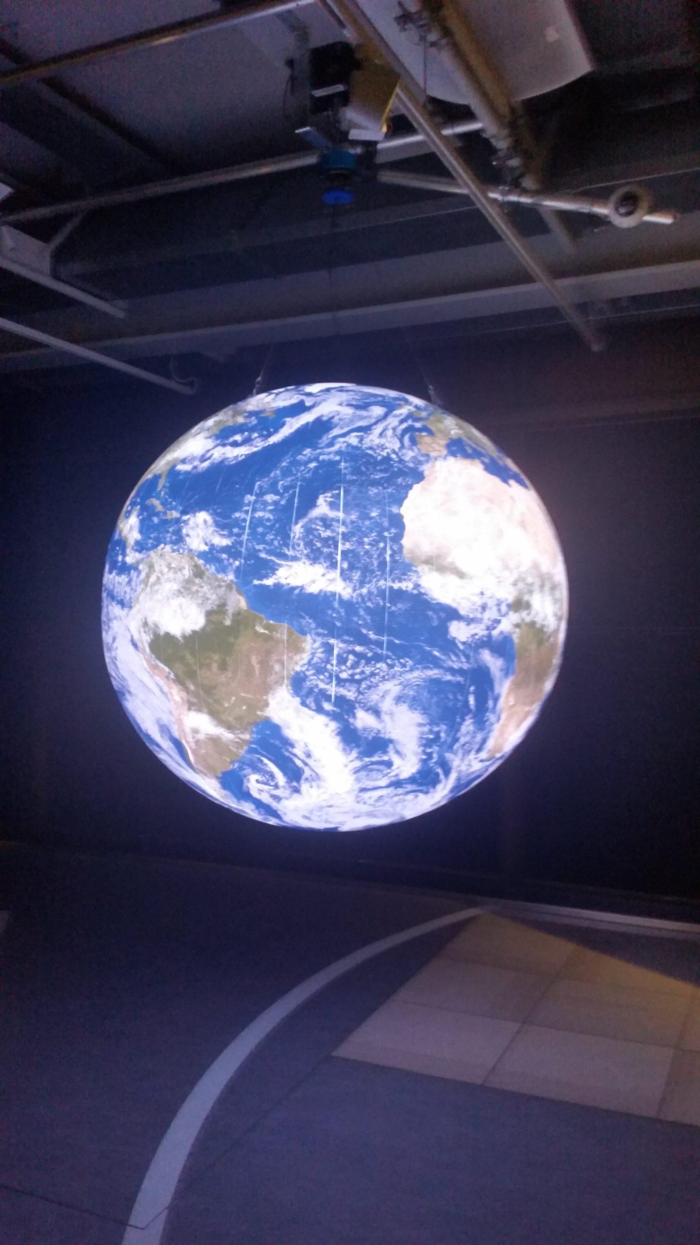 Erde als Ganzes freihängend
